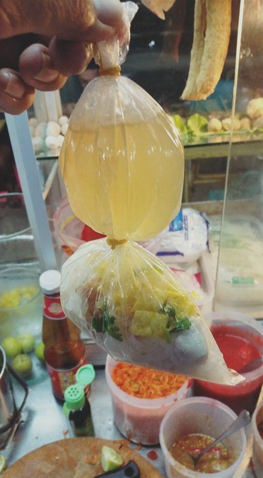 ▲只見從相片中可以看到,一個塑膠袋裝了湯和麵,卻能夠完美的分離,關鍵就在於,袋子的中間也綁了個橡皮筋做隔離。(圖/翻攝自Thannisorn
