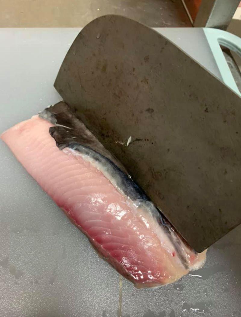 ▲他表示,在煎虱目魚肚的時候,只要在魚肚肉正中間的地方,輕輕劃上一刀,「這樣煎皮的那面就能更緊貼鍋底,而且熟的也快」。(圖/翻攝自《Costco好市多