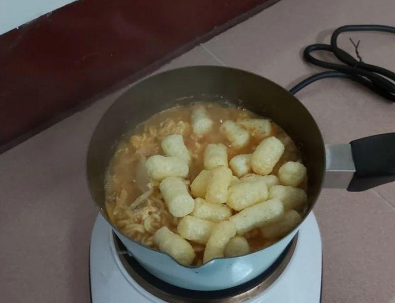 ▲原PO吃韓國泡麵加入「零食霸主」,一嚐發現意外中和辣味又好吃。(圖/翻攝自《Dcard》)
