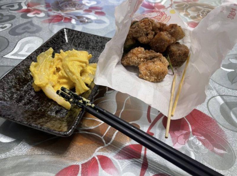 ▲原PO買鹹酥雞回家,配黃金泡菜一起吃,直呼「超順口」。(圖/翻攝自《Dcard》)