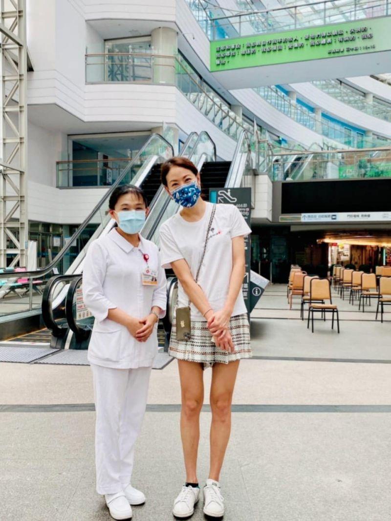 ▲賈永婕與淡水護理督導冠琪(左)合影。(圖/賈永婕臉書)