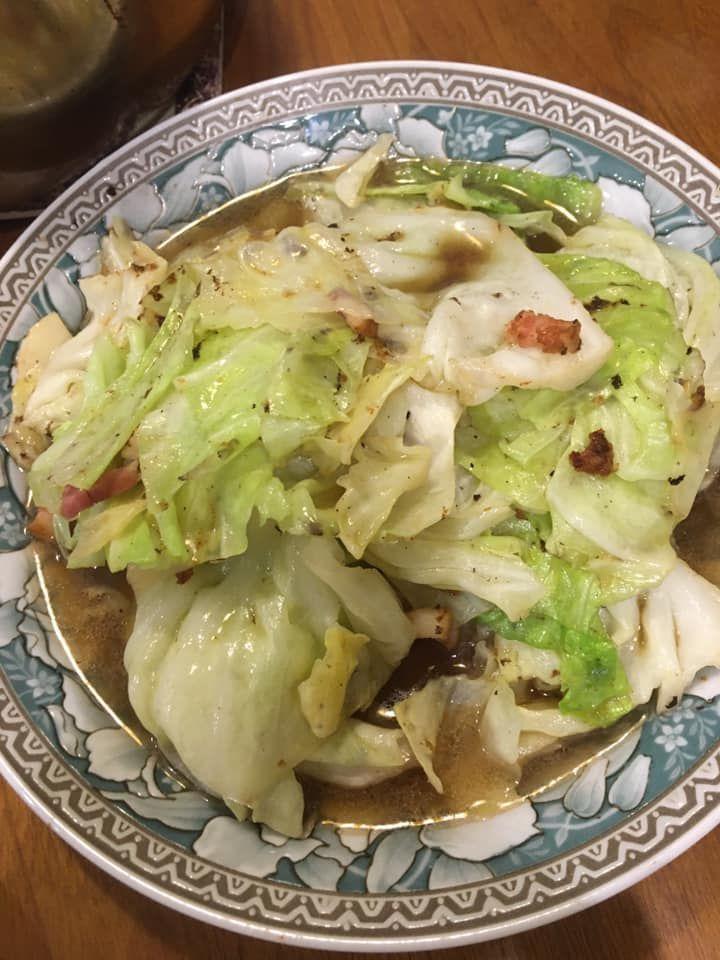 ▲網友不將煎完肉後的鍋子清洗乾淨,反而直接拿來炒高麗菜。(圖/翻攝廚藝公社臉書)