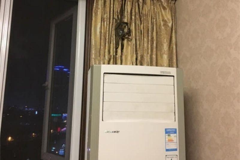 ▲有網友分享一張照片,看似一隻巨大的喇牙在窗簾是上,但真相卻讓人笑翻。(圖/翻攝自《爆廢公社公開版》 )