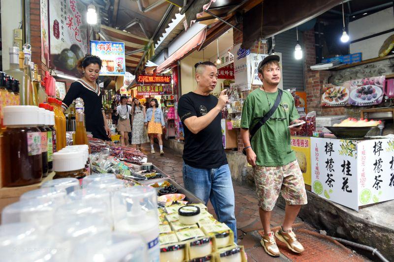 ▲製作人強調,邰智源(左)錄影途中花錢不手軟。(圖/木曜4超玩臉書)
