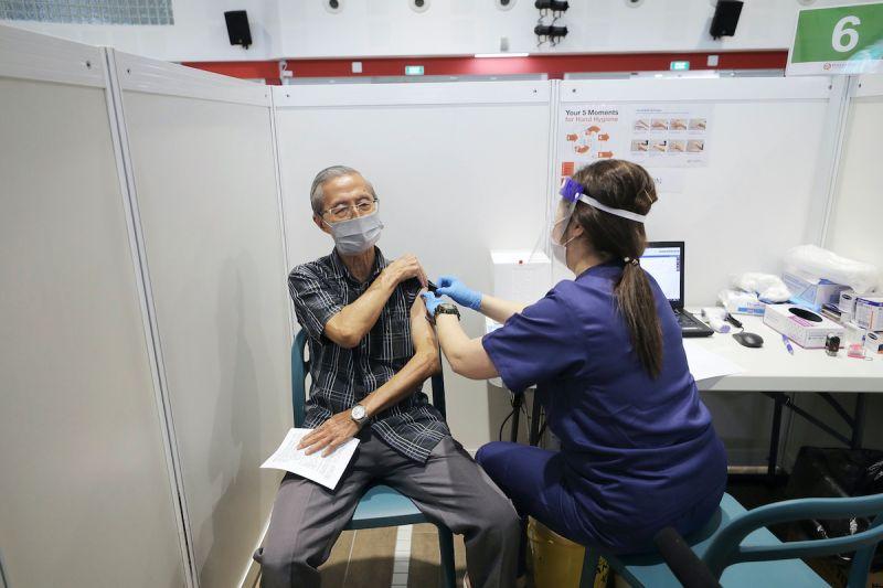 ▲新加坡衛生部門表示,由於接種科興疫苗仍有可能感染病毒,當地的疫苗接種率僅計入接種輝瑞、莫德納的人口。(圖/美聯社/達志影像)