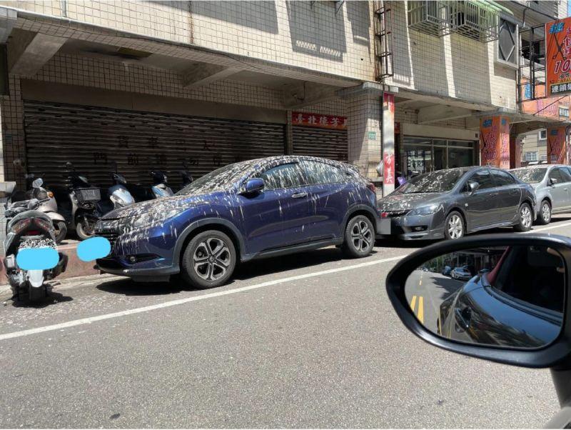路邊停車遇「這遭遇」!2萬人見慘況笑翻:我沒勇氣開門