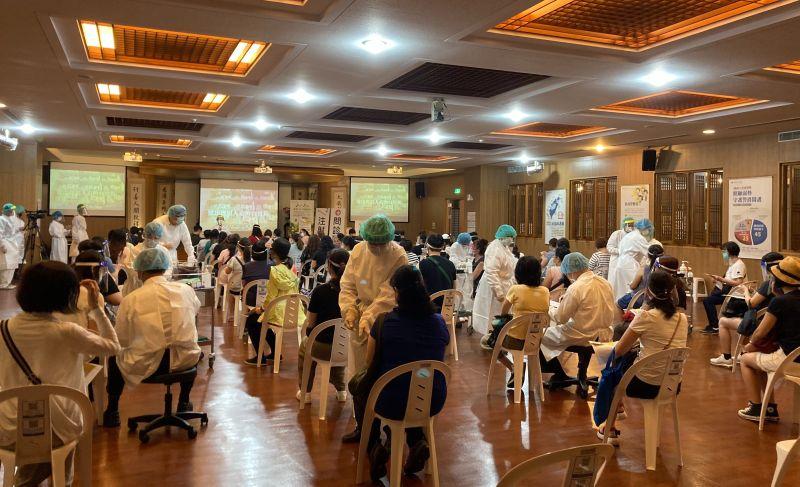 ▲台北慈濟醫院安排幼教老師在雙和靜思堂接種疫苗。(圖/新北市政府教育局提供)