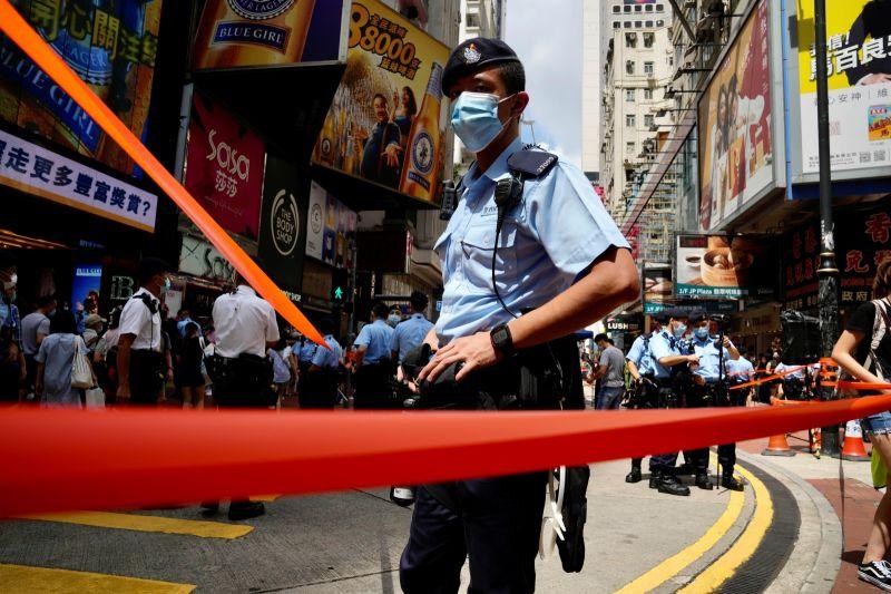 ▲港警國安處人員在7月16日搜查香港大學學生會後,中國官媒近日又點名香港教協是「反中亂港」的「毒瘤」。美媒紐約時報認為,當局正在清算被他們視為「動亂溫床」的大專院校。圖為中共七一黨慶當天,香港各區戒備的警員。(圖/美聯社/達志影像)