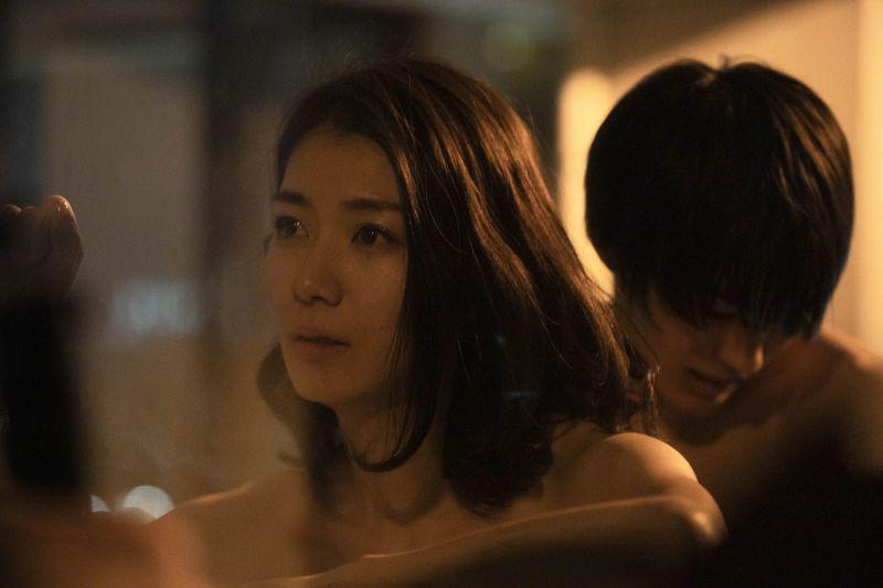 ▲神尾楓珠(右)跟瀧內公美在片中發生一夜情。(圖/采昌國際多媒體)