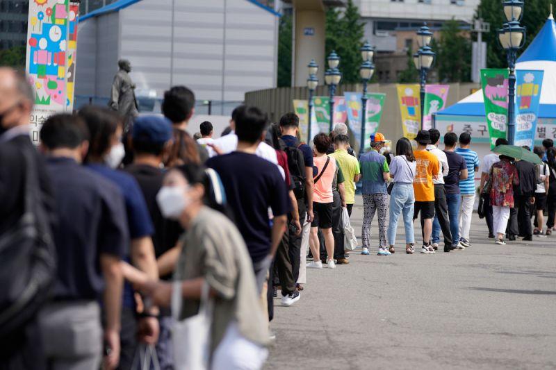 ▲圖為韓國民眾正排隊等待篩檢。(圖/美聯社/達志影像)