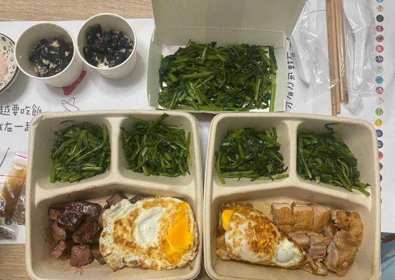 ▲網友的兩個便當以及一份加點的青菜,裡面全部都是空心菜。(圖/翻攝自《爆廢公社二館》臉書)