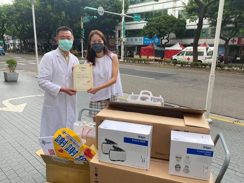 ▲賈永婕(右)送PAPR到西園、新光醫院。(圖/賈永婕臉書)