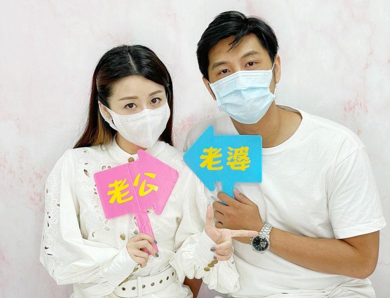 ▲楊佩潔(左)答應結婚,老公感動落淚。(圖/TVBS提供)