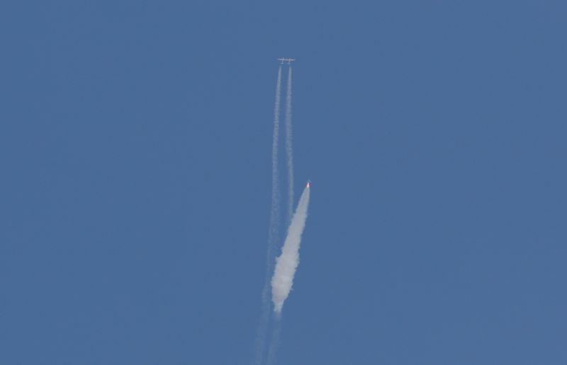 ▲維珍銀河團結號在脫離運輸機後點燃火箭升空。(圖/美聯社/達志影像)