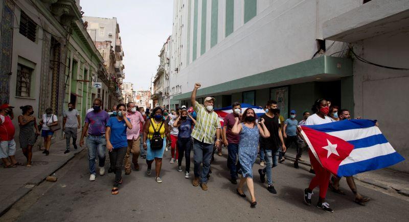 ▲古巴多處11日出現罕見抗議共產政府的活動,數以千計民眾上街遊行經過數個城鎮,高呼口號「獨裁下台」及「我們要自由」。(圖/美聯社/達志影像)