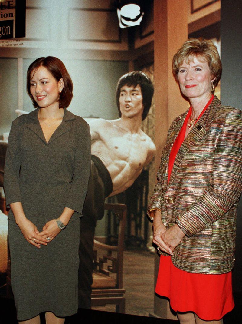 ▲李小龍的妻子琳達(右)和女兒李香凝。(圖/美聯社)