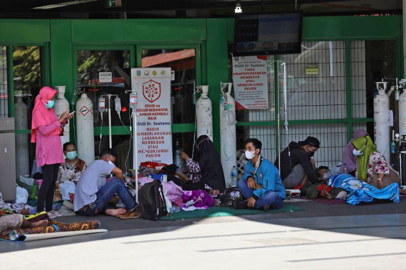 ▲印尼疫情持續蔓延,確診人數逼近300萬人,氧氣瓶等醫療器材也短缺。(圖/美聯社/達志影像)