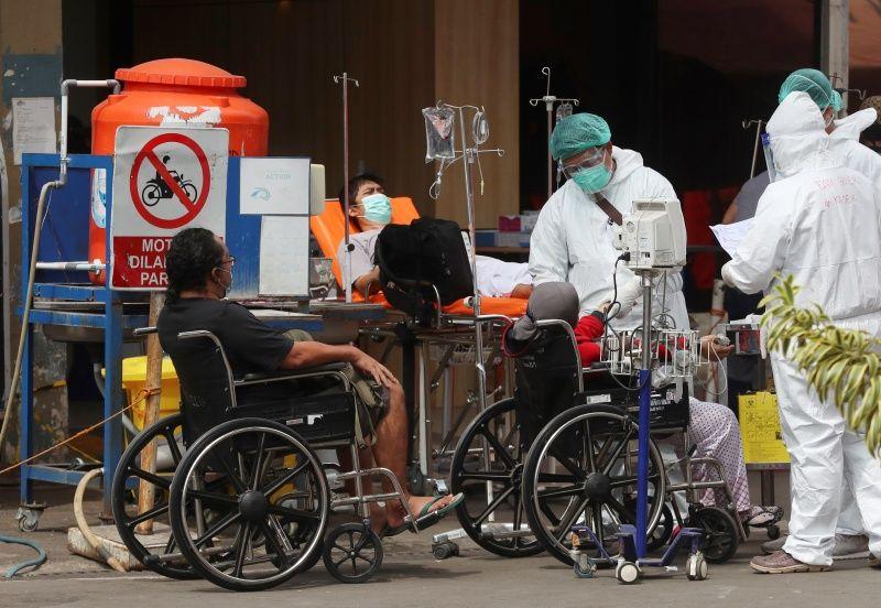 ▲先前由於新冠疫情大爆發,印尼醫療資源和人力一度非常吃緊,近日終於開始好轉。印尼紅十字會的醫生琳達說,痊癒患者血漿能幫助9成狀況緊急的患者康復。(圖/美聯社/達志影像)