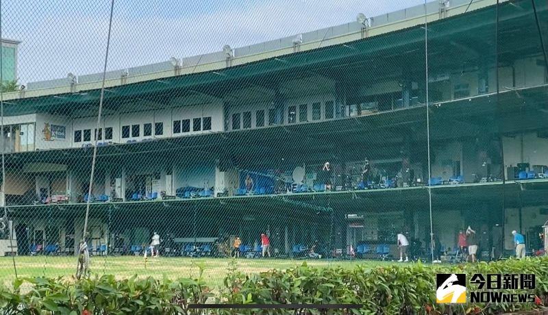 ▲位於內湖的高爾夫球練習場,解封日上午已經出現許多民眾前來揮竿。(圖/朱啓瑜攝影)