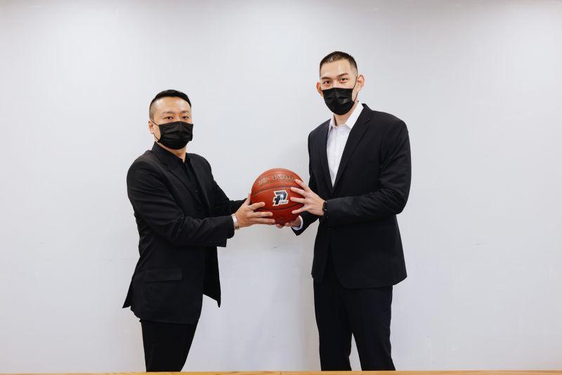 ▲呂政儒(右)與高雄鋼鐵人總經理鄭明元合影。(圖/高雄鋼鐵人提供)