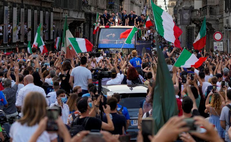 ▲確定奪冠後,義大利首都羅馬街頭陷入狂歡。(圖/美聯社/達志影像)