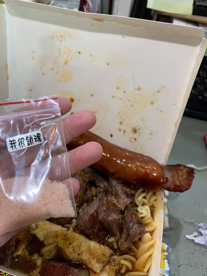 ▲女網友發現包裝上貼了一張「我很銷魂」的貼紙。(圖/翻攝爆廢公社公開版臉書)