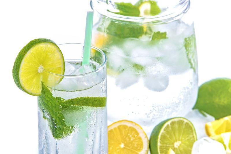 ▲怎麼讓自己愛上喝水?有網友推薦在水裡加入自己喜歡的東西來調味,如:檸檬片、蜂蜜等。(圖/取自pixabay)
