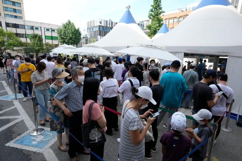 ▲韓國近期疫情升溫,截至今天凌晨零時,境內COVID-19確診新增2025例。圖為等待檢測的韓國民眾。(圖/美聯社/達志影像)