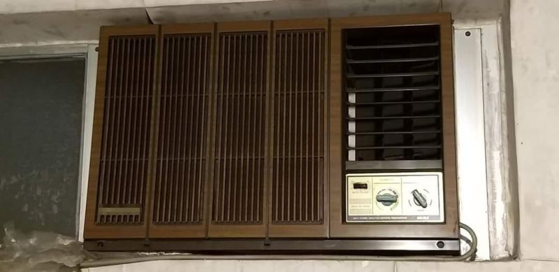 ▲有網友分享家中古老的窗型冷氣外觀,瞬間勾起眾多網友的童年回憶。(圖/翻攝《爆廢公社公開版》)