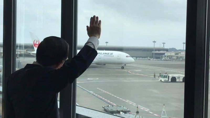 ▲駐日代表謝長廷15日前往東京成田機場,向裝載第三批日贈台的97萬劑疫苗揮手送機。(圖/取自謝長廷臉書)