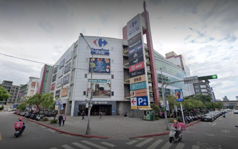 ▲家樂福內湖店因有確診者足跡,閉店消毒一天。(圖/翻攝google地圖)