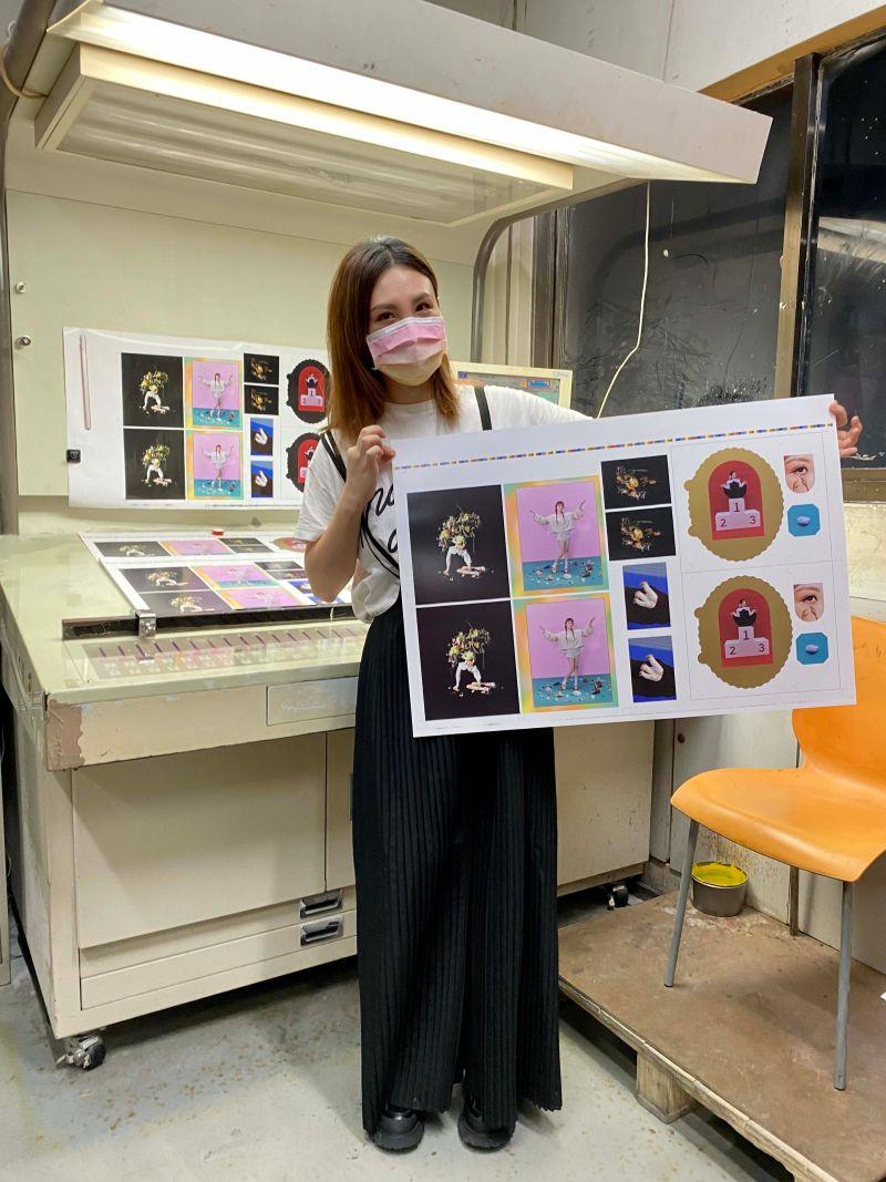 ▲魏如萱到印刷廠探班。(圖/好多音樂提供)