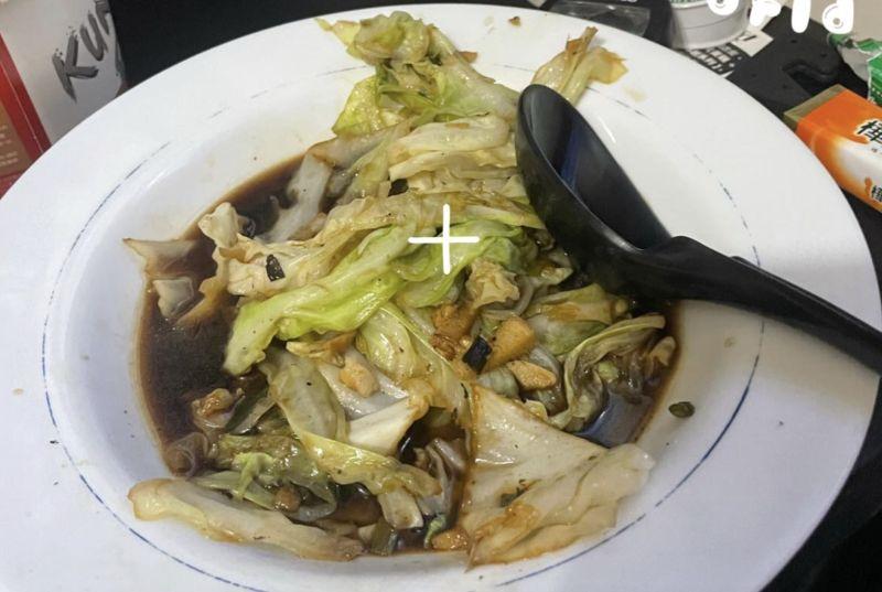 ▲網友分享自己炒高麗菜明明沒加什麼,但卻每次炒出來都超黑,甚至湯汁也是黑的。(圖/爆廢公社公開版)