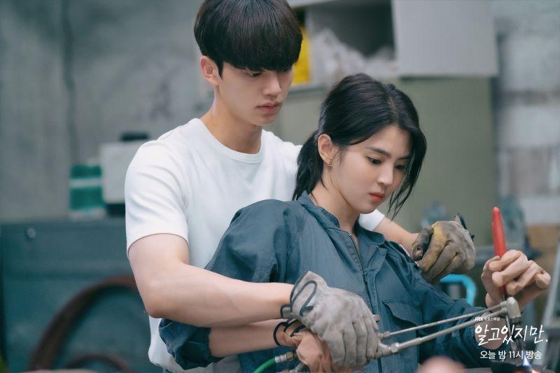 ▲劇中,韓韶禧(右)跟宋江的關係曖昧不明。(圖/JTBC臉書)