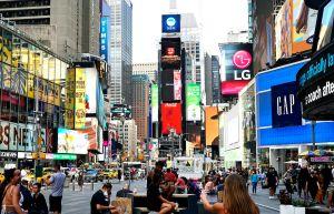 ▲紐約疫苗接種率逐步提升,民眾開始恢復日常生活,百老匯劇院也計畫重新開放。(圖/美聯社/達志影像)