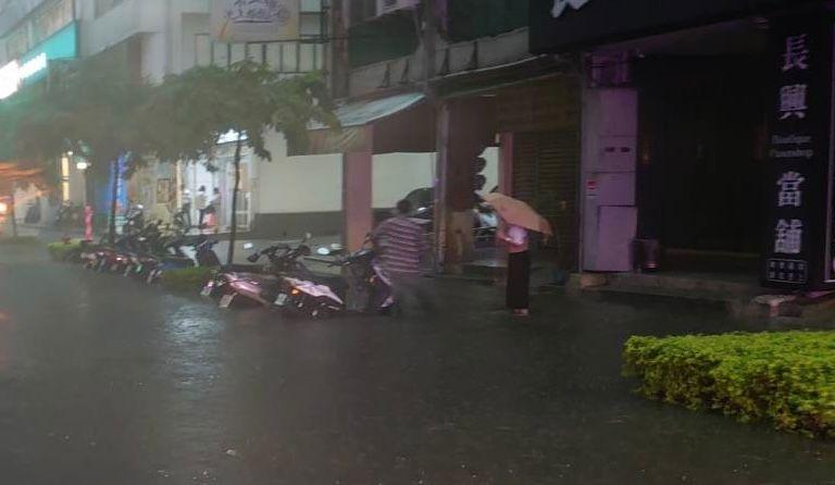 ▲高雄市民族路、六合路一代機車道淹水。(圖/新興分局提供)