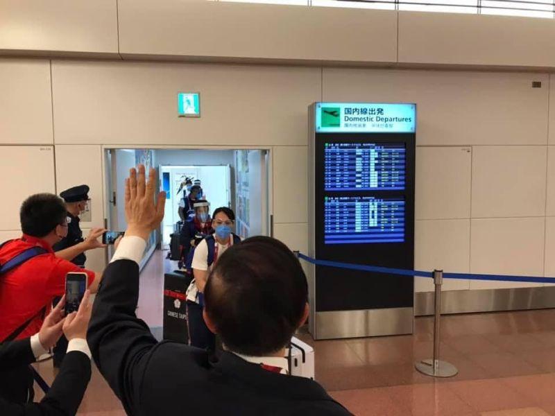 ▲駐日代表謝長廷在羽田機場揮手歡迎選手抵日。(圖/翻攝自謝長廷臉書專頁)