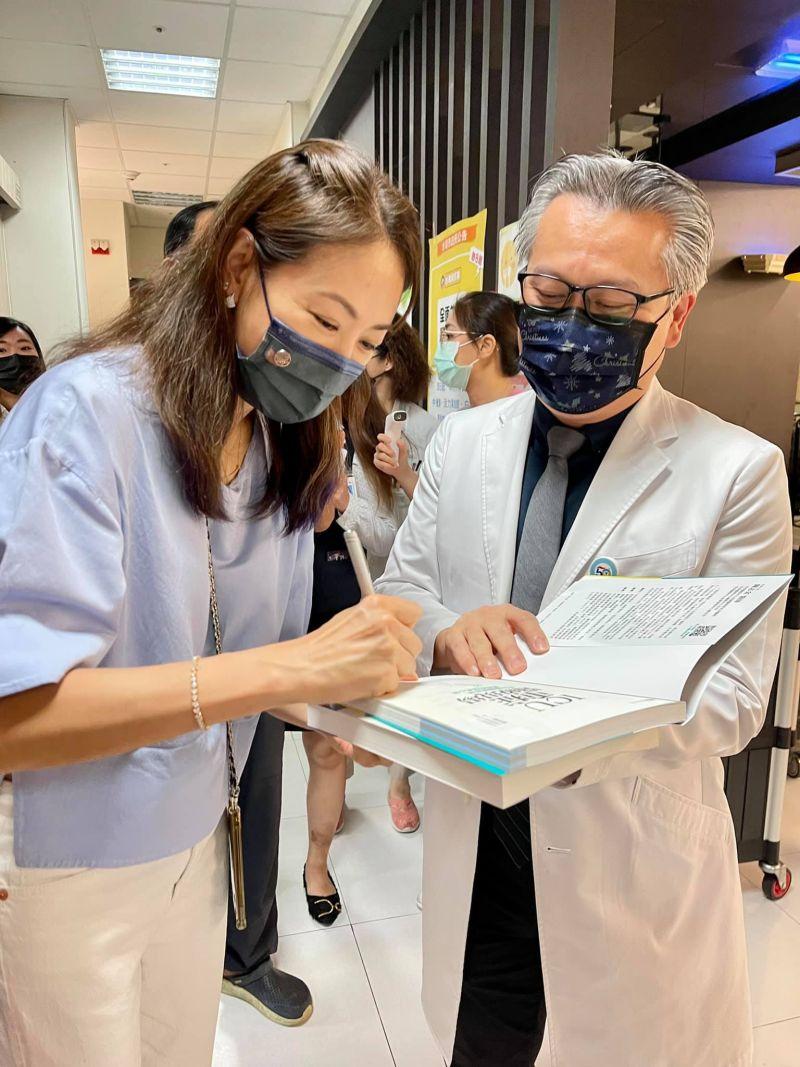 ▲賈永婕和ICU醫生陳志金(右)相見歡。(圖/賈永婕臉書)