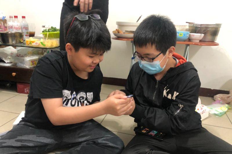 ▲葉家明(左)與呂宜昌(右)合拍微電影「你好,我是銜轉生」! (圖/移民署提供)