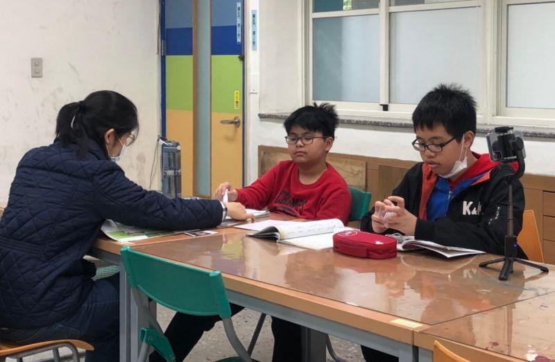 ▲葉家明(中)與呂宜昌(右)努力融入臺灣生活,並開啟拍片的興趣。(圖/移民署提供)