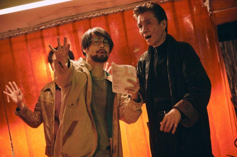 ▲陳健朗(左)與演員溝通、交流,右為演員張嘉年。(圖/CATCHPLAY提供)