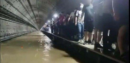 ▲鄭州地鐵五號線救援疏散現場。(圖/翻攝自中國青年報)
