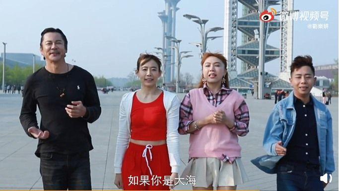 ▲劉樂妍(右2)、陳竹音(左2)、何紹宏(左)和夏允浩(右)一同拍攝MV。(圖/劉樂妍微博)
