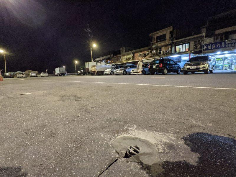 ▲孔洞被封,馬路釣魚奇觀成絕響。(圖/翻攝自《瑞芳公共論壇》臉書)