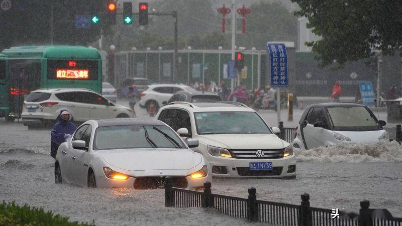 ▲河南鄭州市遭遇連續強降雨,當地部分地區積水嚴重,鄭州地鐵部分路段淹水導致500多人收困多時、12人搶救無效不治。(圖/翻攝自微博)
