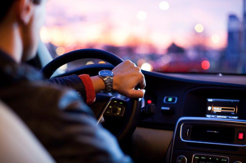 ▲澳洲有兩名男子開車上高速公路,突然有蜘蛛路過擋風玻璃。(示意圖,圖中人物與當事者無關/取自unsplash)
