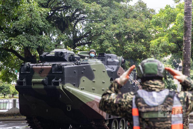▲陸戰隊官兵們依照標準作業程序,安全停駐AAV7兩棲突擊車。(圖/軍聞社提供)