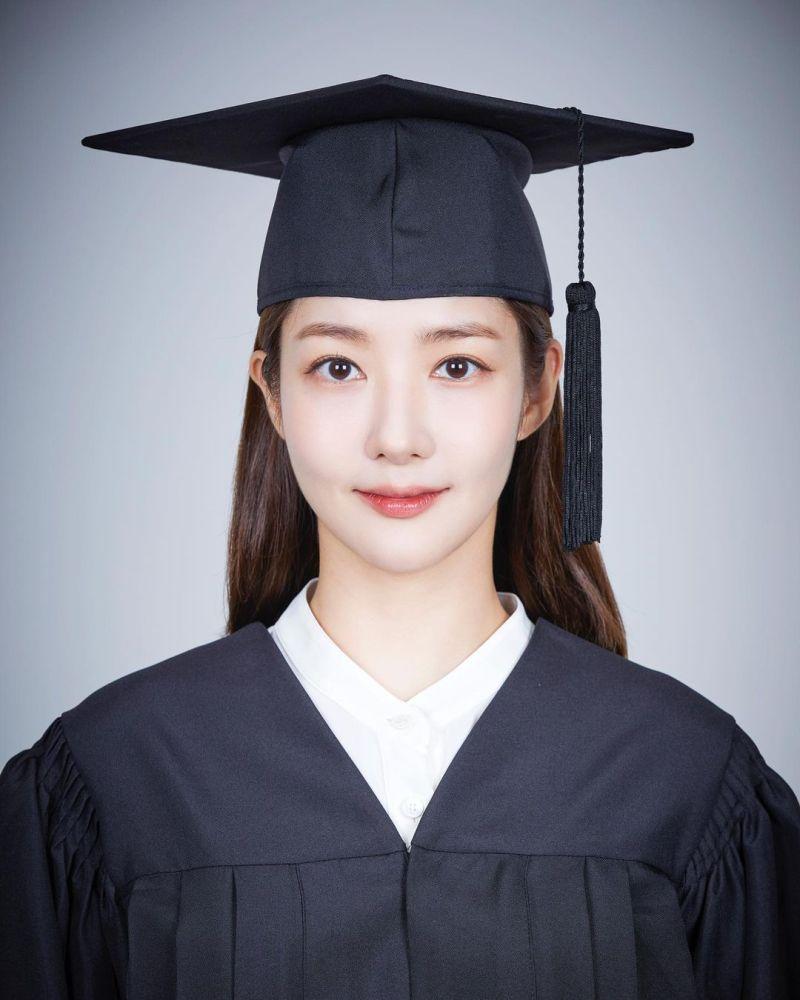 ▲朴敏英為新戲拍的畢業照。(圖/朴敏英IG)