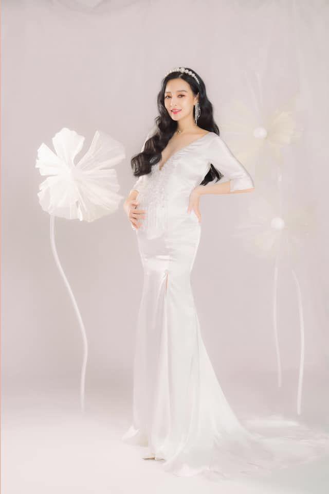 ▲王思佳身穿手工訂製的純白緞面魚尾禮服拍攝孕婦寫真。(圖/翻攝王思佳臉書)