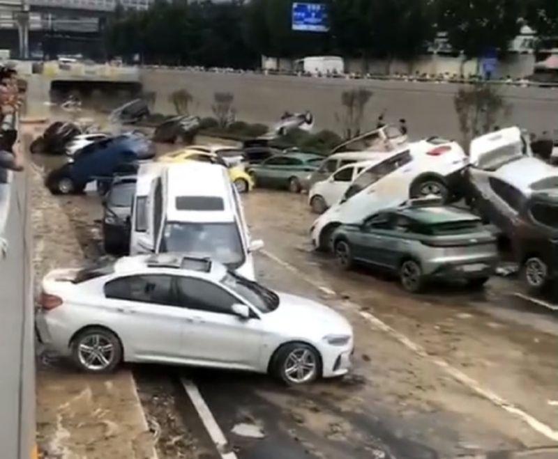 ▲鄭州京廣北路隧道20日晚間被洪水淹沒,許多車輛慘遭滅頂,在經過抽水後車體才逐漸露出。(圖/翻攝自微博)